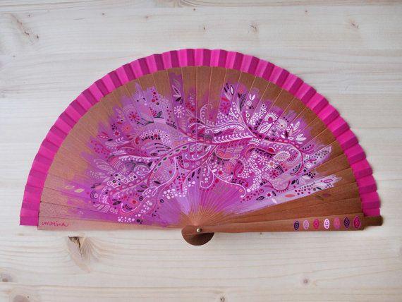 Abanico de madera de peral y tela de algodón color rosa pintado a mano con diseño Filigrana de flores / Hand painted spanish fan / Hand fan / Pink