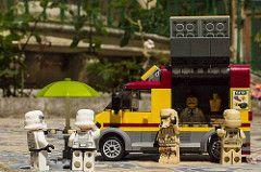 Pizza a pezzi per i pazzi della pizza il tutto in piazza con gli stormtroopers #lego #stormtroopers #pizza