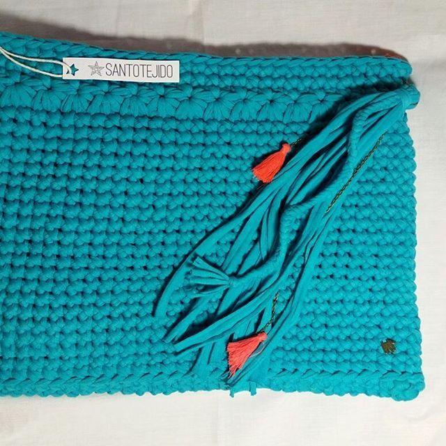 Funda para computador 💙  Tejido a crochet + trapillo + forro repelente al agua + cierre + borla    HAZ TU PEDIDO!! AHORA EN TELA LIGERA 🍃🍉