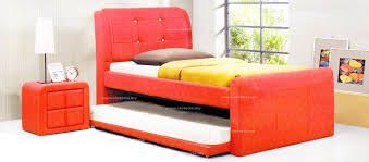 La cama es individual y rojo.  El sábana es blanca, la funda es marrón y el cobertor es amarillo. Debajo de la cama hay otra cama por los amigos qué duermen en casa nuestra.