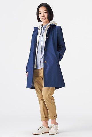 青ステンカラーコート+チノパンのコーデ。ベーシックで春の装いにぴったり。アラフォー(40代)レディースおすすめのチノパンコーデ♡