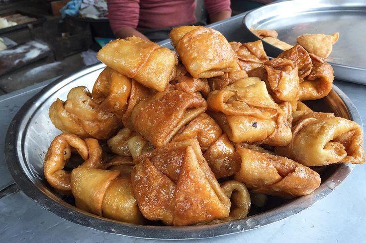 道端の甘いスナック 揚げた小麦の生地がシロップに どーっぷり浸かったもの 出来たてに近いほどおいしい しなしなしてなくて意外と後味あっさり 疲れた体には甘いものと睡眠がいい  甘いものは探してなくてもむこうからやって来る 甘いものラバーズには楽しい国 . . #india #varanasi #lifeinindia #life #travel #scenery #sweet #snack #indianfood #food #foodie #streetfood #インド #バラナシ #インド暮らし #暮らし #インドの日常 #風景 #旅 #スイーツ #お菓子 #世界のお菓子
