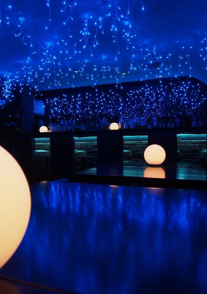 今話題の代々木公園で行われている青の洞窟をご存知ですか?並木道一面が青い光に彩られ、連日その綺麗な景色を求めてたくさんの人が訪れています。そんな素敵な青の洞窟をなぞらえたイベントが吉祥寺のバー『SUN Tama Bar』で開催されることが決定しました!今回はその詳細をお伝えします。