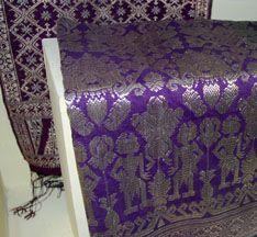 Songket tejido en Bali, Indonesia.  http://iweb.tntech.edu/cventura/Songket.htm  Songket:  Tejido a telar.  Brocado tejido con hilos metálicos.  Bali, Indonesia