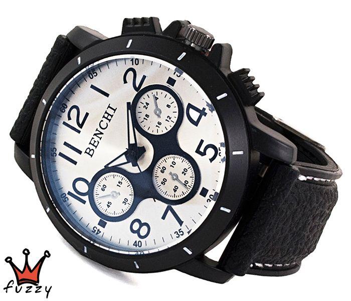 Ανδρικό ρολόι σε μαύρο χρώμα με ανάγλυφα μαύρα σχέδια στο εσωτερικό του. Λουράκι σε μαύρο χρώμα από σιλικόνη με λευκές ραφές. Καντράν 44 mm.
