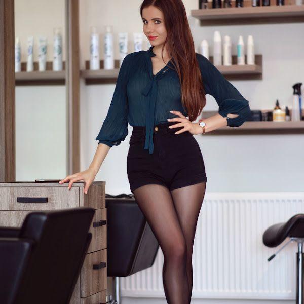 Bluzka W Kwiaty Szara Krotka Spodniczka Czarne Rajstopy I Bordowe Szpilki Ari Maj Personal Blog B Fashion Spring Shorts Outfits Women With Beautiful Legs
