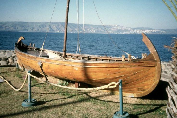 Modelo a escala de una barca del siglo I EC en el Mar de Galilea. En 1986 un navío del siglo I fue descubierto junto a Nof Ginosar en la orilla noroeste del lago. Estudios han determinado el tipo de madera que se utilizó (principalmente cedro y roble), el estilo de construcción (ensambladura de mortaja y espina), la fecha (basados en las técnicas de construcción, cerámica y prueba de carbono 14), y el tamaño ( 7 X 2 m - para 15 hombres). Este se encontraba anteriormente en el Kibbutz En Gev.