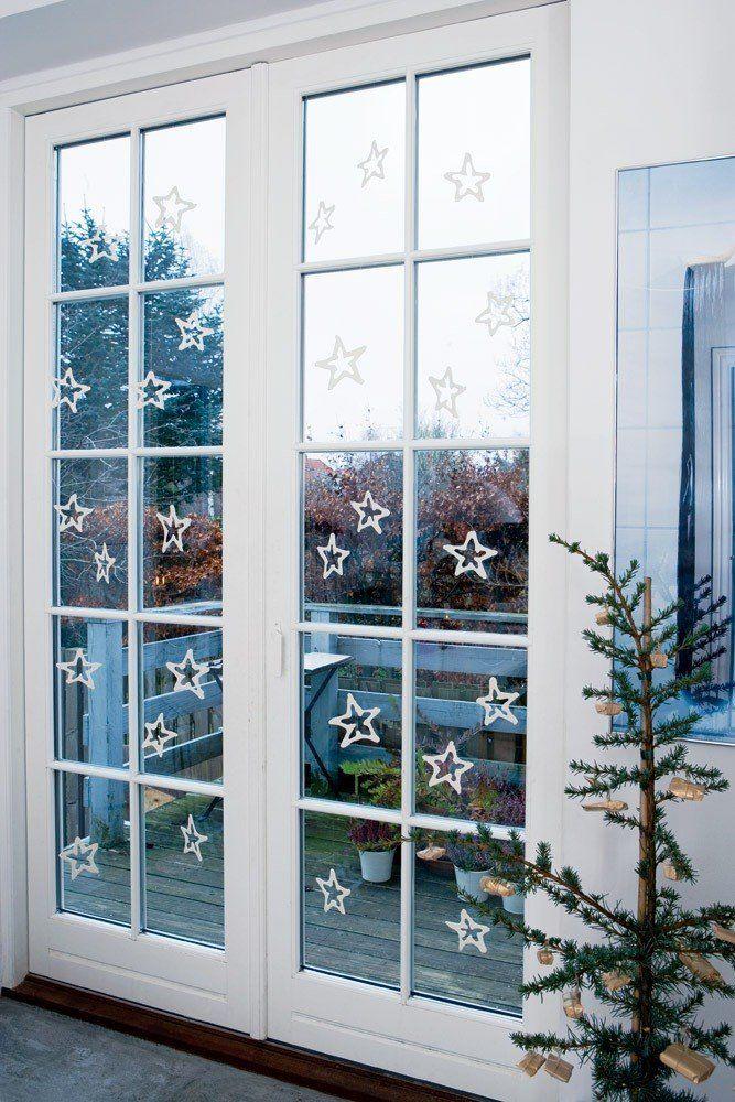 De franske døre ud mod altanen er pyntet op med de fineste julestjerner i hvid keramik fra keramikeren Lars Rank