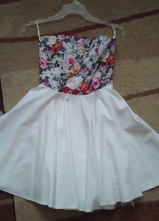 Sukienka biała z kwiatowym wzorem  Bardzo dziewczęca  Rozmiar 36