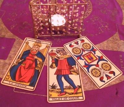 Para ti Leo, que cumples años a partir del día 21, las cartas de La Justicia, la Sota de Copas y el 4 de Oros,