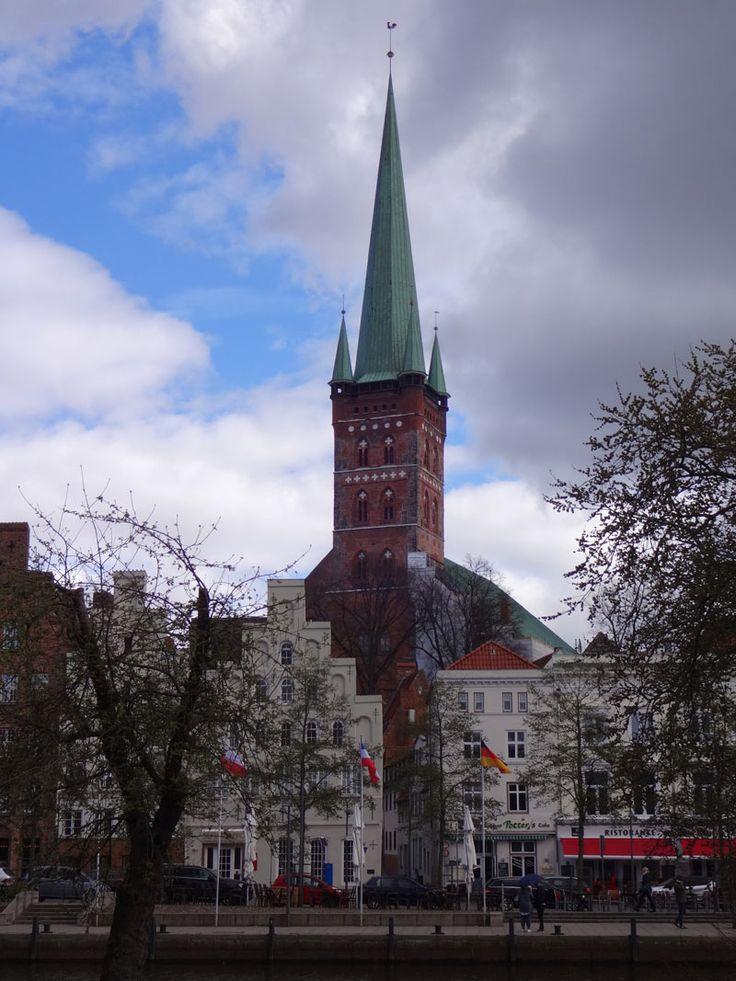 """Der Rundblick auf Rathhaus und S. Marien, aber auch auf Holsteintor uns Salzspeicher ist ein Genuss. Der 108 Meter hohe Turm der Kirche gehört zum Stadtbild der """"sieben Türme""""."""