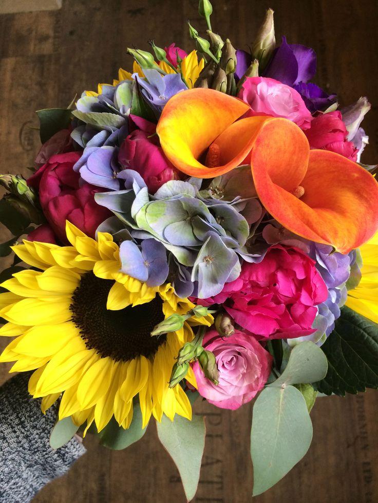 color wedding flower from sunflower, roses, sludges, eustoms, hydrangea and eucalyptus / barevná svatební kytice ze slunečnice, růží, kal, eustom, hortenzie a eukalyptu / www.rosmarino.cz