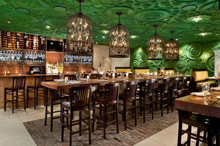 O restaurante Barbatella, na cidade de Naples, Flórida, chama atenção pelos medalhões que percorrem paredes e teto. Foram necessários cerca de 9 mil parafusos para pregá-los pelo espaço. Projeto esperto de GrizForm Design Architects.