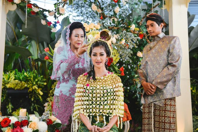 Javanese wedding ceremony | A Vibrant Wedding Inspired By Traditional Javanese Festivals | http://www.bridestory.com/blog/a-vibrant-wedding-inspired-by-traditional-javanese-festivals