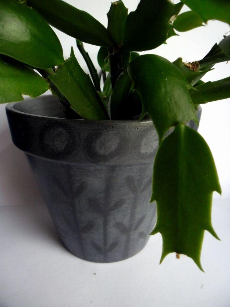 šedý+květináč+výška+12+cm,+horní+průměr+13+cm,+spodní+7,5+cm+je+malovaný+a+patinovaný+akrylovými+barvami+a+zdobený+grafitovou+kresbou+květináč+je+přelakovaný