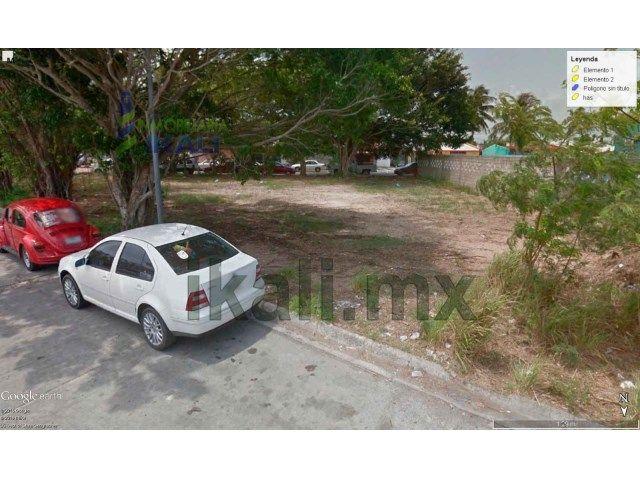 excelente terreno venta 350 m² colonia Petrolera de Tuxpan Veracruz, se encuentra ubicado a un costado de la clínica del IMSS, por el estacionamiento del mismo, el predio da a dos calles, bien ubicado para casa o para comercio, muy cerca de la playa, en una colonia tranquila, la zona cuenta con todos los servicios públicos de la ciudad.