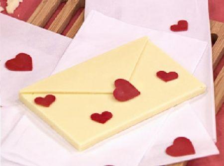 Receita de Carta de Chocolate - carta. Com o restante do chocolate branco, espalhe o chocolate em uma folha de acetato em uma espessura fina e quando começar a cristalizar,...