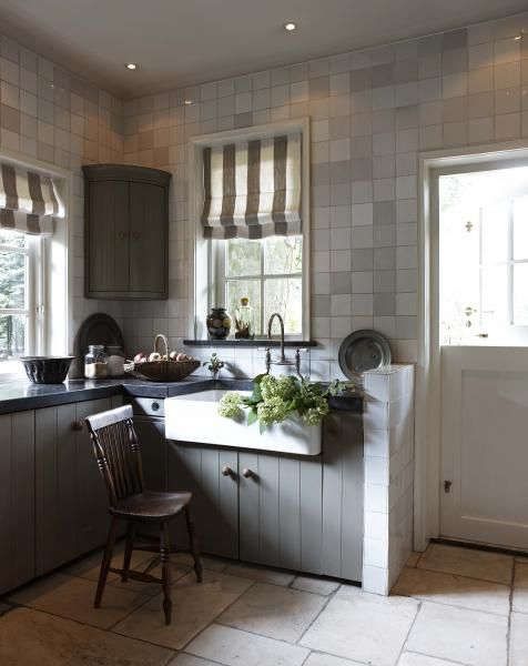 Beatrix Kleuver Dutch interior decorator kitchen with antique dutch Makkum Tichelaar hollandse witjes tiles
