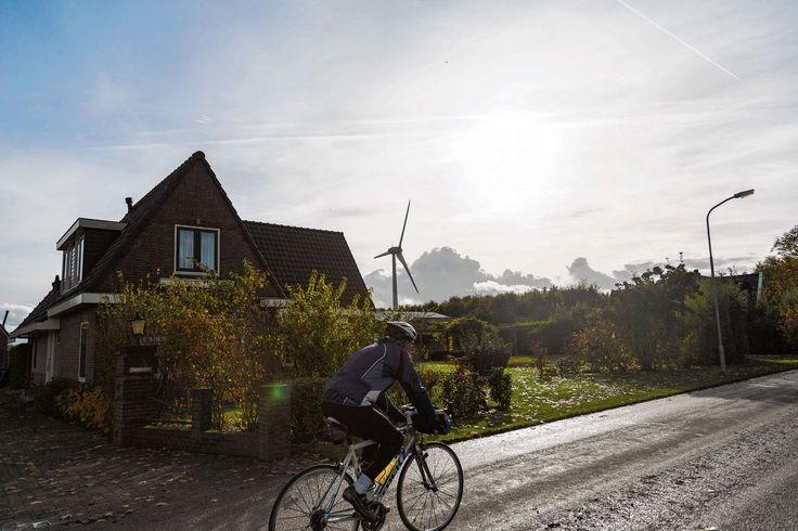 Reportage in Noord-Holland: Ed Nijpels, pleitbezorger van groene energie, en de Sociaal-Economische Raad onderschatten waardedaling huizen en slaapproblemen nabij windmolens.