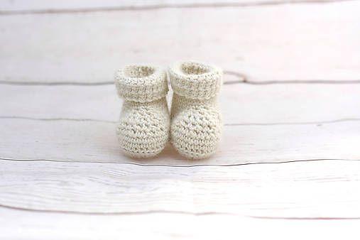 Papučky pre novorodenca sú ručne háčkované z prírodného materiálu - z kvalitnej nórskej extra jemnej krémovej 100% alpaky vhodnej pre citlivú detskú pokožku. Sú tenučké, ale hrejiv...