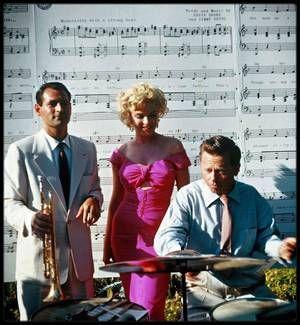 3 Août 1952 / UNE CHANSON POUR MARILYN... (interprètée par Ray ANTHONY, paroles et musique par Ervin DRAKE et Jimmy SHIRL, voir photo). La chanson a été écrite et composée du vivant de Marilyn. Elle est interprétée par Ray ANTHONY, célèbre trompettiste de Jazz américain né en 1922, qui a été notamment marié avec Mamie VAN DOREN, une actrice au look de Marilyn. Ray ANTHONY et son groupe vont interpréter la chanson devant Marilyn, à l'occasion d'une fête qui était donnée en son honneur le 3…