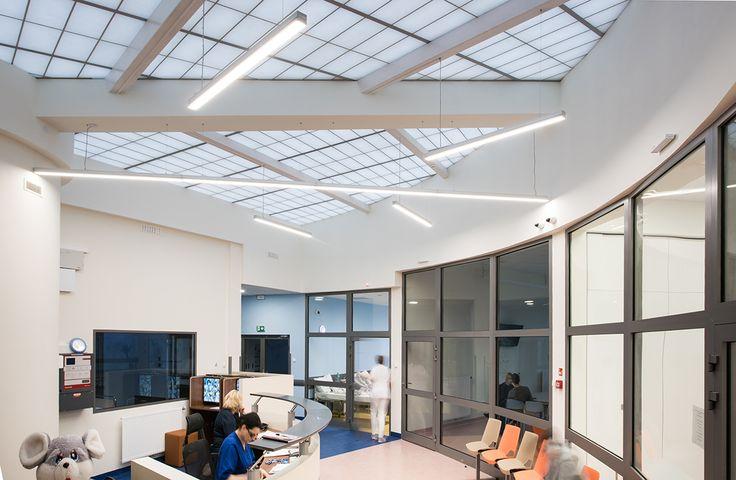Szpital Pediatryczny w Sosnowcu / HSK Ledy  Oprawy LED Antilia A-69 doświetlają hall stabilnym ciepłym światłem.