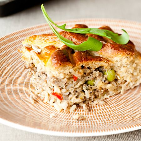 Muhkea lihapiirakka on maistuva ja mutkaton tarjottava vieraille raikkaan salaatin kera. Tämä piirakka paistetaan rasvan sijasta uunissa.