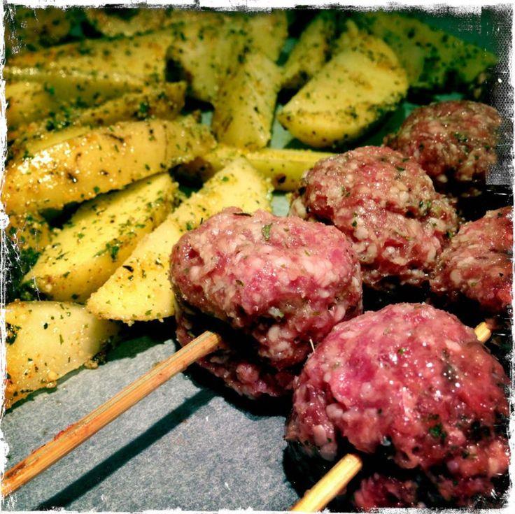 Meatballs , lammaslihapullat vartaassa ja maalaisperunoita.