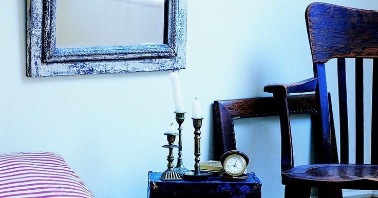 Como pendurar um espelho sem fazer um buraco na parede. Se você não pode fazer buracos na parede do seu apartamento ou simplesmente não quer estragar suas paredes com buracos, pendurar um item pesado, sem usar parafusos, pregos, fios ou ganchos não é difícil. A maneira mais simples de pendurar um espelho sem fazer um buraco na parede é usar uma fita dupla face resistente feita especialmente para isso. ...