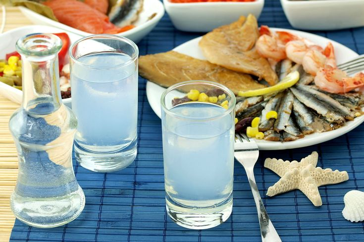 Ouzo and tsipouro are traditional Greek drinks!