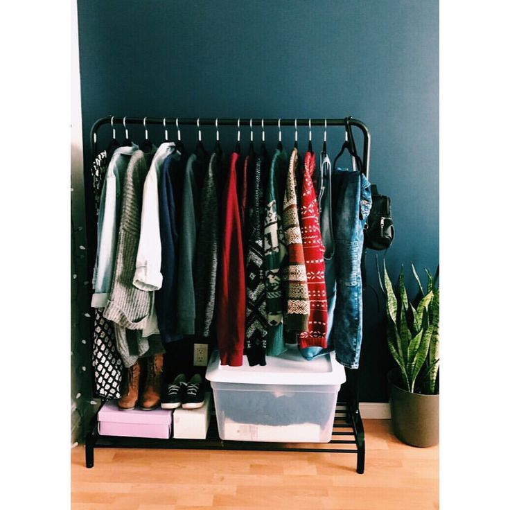 «Owning too much clothes can be a challenge when you have a small closet.» (@daphiidesings)