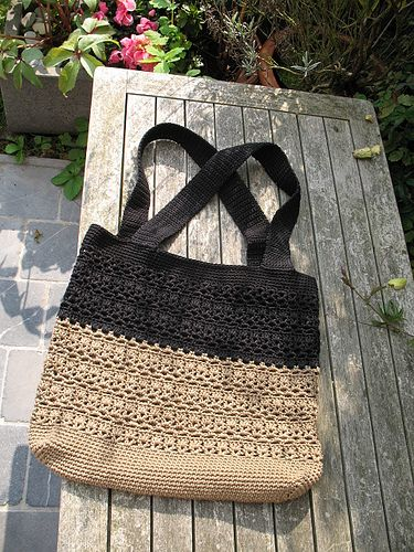 LACY V shopping bag by lingoult,  (cathy phillips) via Flickr - pattern on ravelry at http://www.ravelry.com/patterns/library/lacy-v-shopping-bag - free pattern -