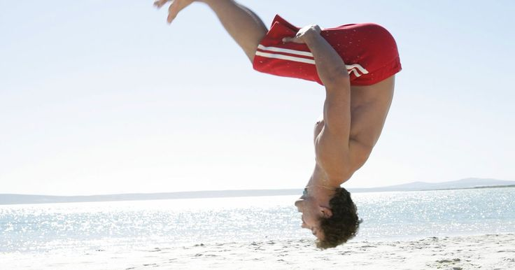 Como dar um mortal para trás no chão se você estiver com medo. Dar um mortal para trás no chão pode ser intimidante, especialmente se for a primeira vez que você faz isso em qualquer lugar. Camas elásticas e trampolins lhe dão um salto mais alto e uma aterragem suave, enquanto dar um mortal no chão requer muitos músculos e técnica. Mesmo que o medo de se machucar seja natural, é importante estar confiante com ...