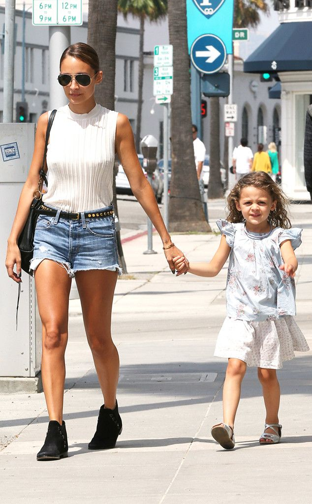 Nicole Richie and daughter Harlow step out in Beverly Hills. http://www.eonline.com/photos/6/the-big-picture-today-s-hot-pics/297125