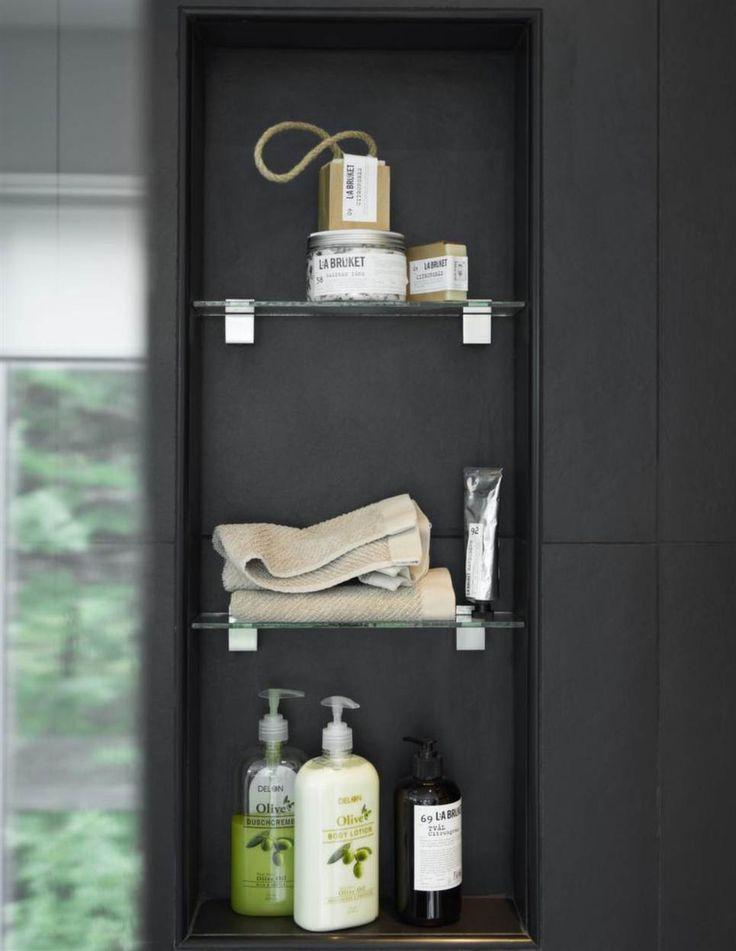 Smart hyllaDen inbyggda hyllan i duschen har hyllor av glas