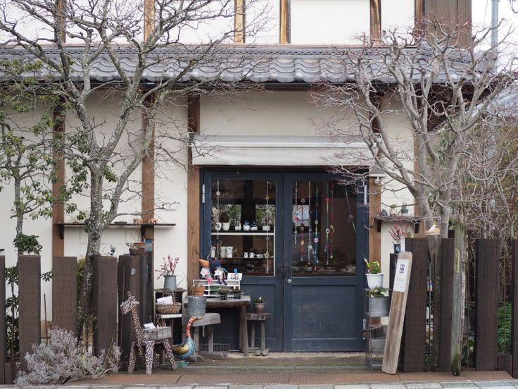 =============== こんばんは!ayaです。 今夜は奈良・高畑町にある 陶器と雑貨のお店 「あんず舎」のご紹介です。 =============== 少しずつあたたかな春の匂いが感じられるこの季節。 今月15日に20周年を迎えられる「あんず舎(あんずや)」さんにお邪魔しました! 出迎えてくれたのは店主 山下弘子さんと看板猫のベーコちゃん。 山下さんのほんわかとした優しい雰囲気をそのままカタチにしたような居心地の良い店内です。 あんず舎があるのは奈良・高畑町の志賀直哉旧居のほど近く。 志賀直哉と同じ時代を生きた小説家 室生犀星が書いた「杏っ子」から屋号をつけられたそう。 人々に長く愛読された小説と同じように、いつまでも愛されるお店でありたいとの願いがこめられて...