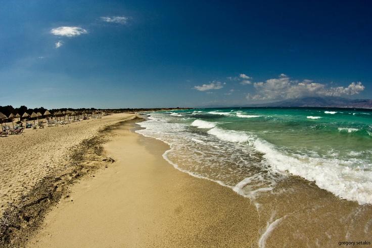 The waves crashing on the golden sandy beach at Gaidourοnisi in #Ierapetra.   Τα κύματα που σκάνε στη χρυσή αμμουδιά στο Γαϊδουρονήσι στην Ιεράπετρα.     Photo : Σετάκης Γρηγόρης (  CC-BY- ND )