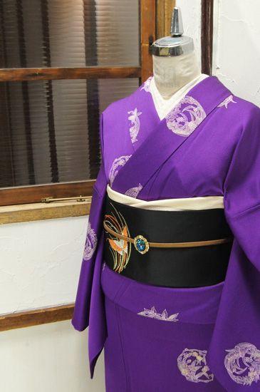 紫の地に、ふわりと浮かぶ花灯籠のように染め出された四季の草花丸文様が美しい正絹袷着物です。