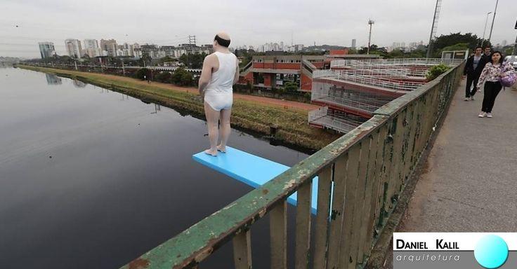 A Escultura de um senhor sobre um trampolim azul, que parece estar próximo a saltar no rio Pinheiros, chama a atenção de quem passa pela ponte Cidade Universitária em São Paulo. A instalação é do artista plástico Eduardo Srus, e a ideia surgiu para que as pessoas pensem na importância da recuperação da água dos rios.  #ArquiteturaModernista #ObraDeArte #ObrasDoBrasil #ArteParaTodos #InstalaçãoDeArtedeRua #ArteeConscientização #DanielKalilArquitetura   Obra de Eduardo Srus
