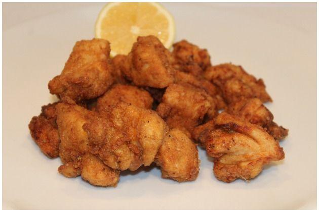 Pollo crujiente, un pollo macerado en suero de leche y rebozado en harina con especias. Luego se fríe en abundante aceite de oliva. Delicioso.