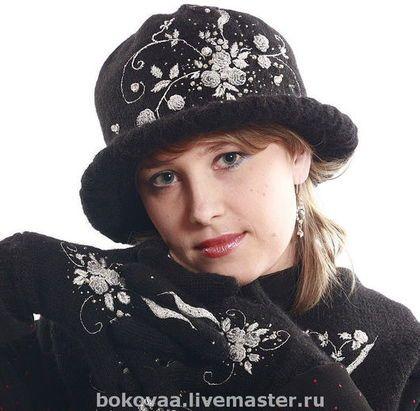 Купить или заказать Комплект ' Серебряная ночь' перчатки , шарф, шляпа в интернет-магазине на Ярмарке Мастеров. Все очень просто создавалось. Заказчица посмотрела мою 'Сеньориту и 'Золотую ночь' и попросила что-то подобное,но менее яркое . Я предложила выполнить все это в серебре. Она согласилась. Сели мы со своей машиной и связали основу шапочки, шарфа и перчаток . Потом нарисовался рисунок и полетели часы и сутки за вышивкой. Использовалось серебро 5 оттенков.