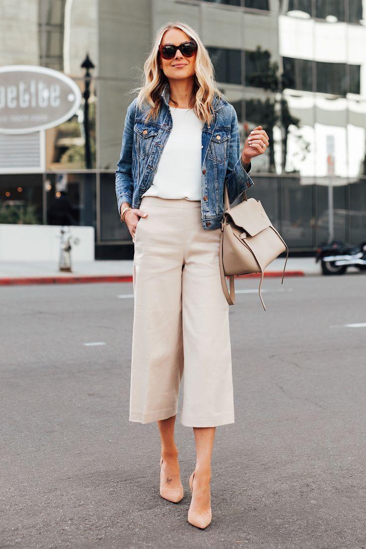 Mode Jackson trägt Jeansjacke weißes Top Ann Taylor Khaki kurze Hosen