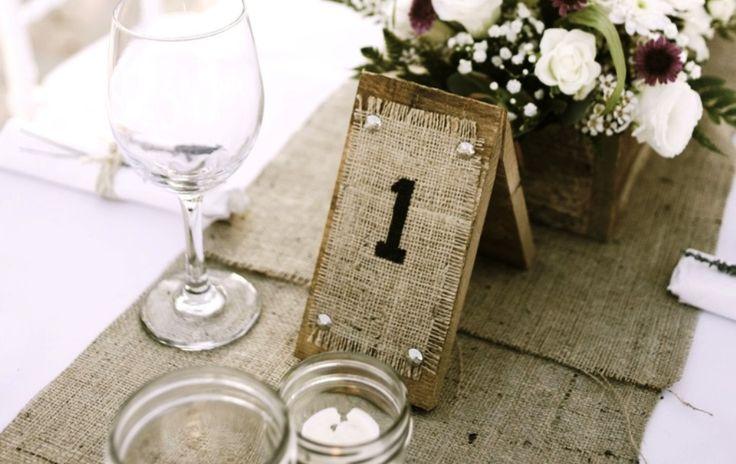 Βάλτε τους καλεσμένους σας στις θέσεις τους Ιδέες για την αρίθμηση των τραπεζιών στη γαμήλια δεξίωση.