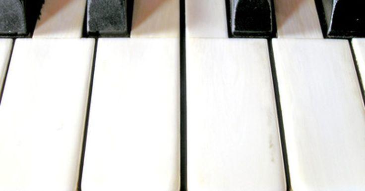 Cómo construir un piano. Hacer pianos es un proceso largo y difícil. Los pianos de alta calidad son un producto artesanal que puede tomar muchos años en producirse. A modo de ejemplo, el famoso fabricante de pianos Fazioli sólo produce 80 pianos al año, y cada instrumento toma aproximadamente dos años para producir. Dicho esto, construir, o incluso montar tu propio piano ...