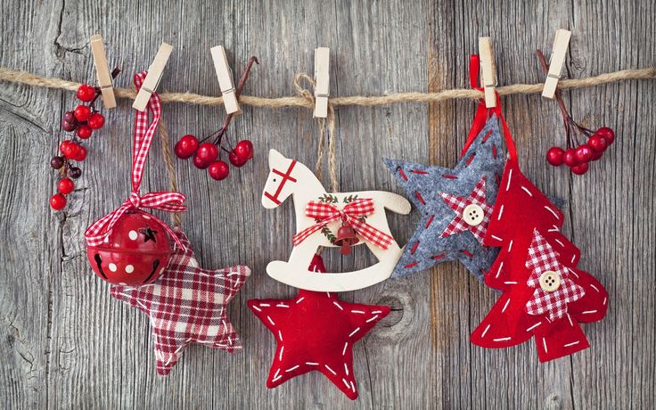 what a cute idea, homespun ornaments that kids can make themselves, then hung with other ornaments for a unique garland...
