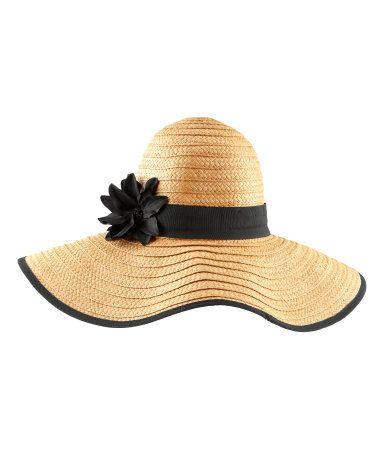 Un cappello di paglia per essere trendy anche in spiaggia
