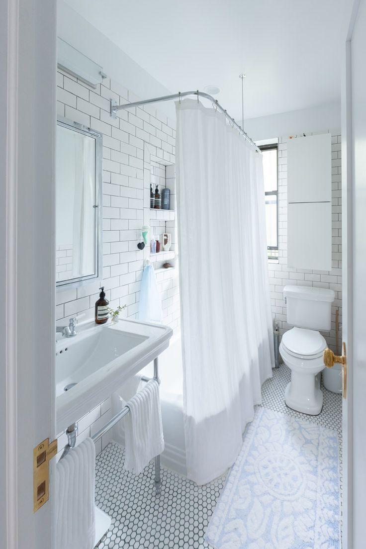 Дизайн туалетов маленьких размеров: 80 компактных и функциональных вариантов интерьера http://happymodern.ru/dizajn-tualetov-malenkix-razmerov-foto/ Белая маленькая ванная комната, оформленная в ретро стиле