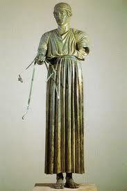 en las ceremonias, los principes, los nobles, los sacerdotes y las sacerdotisas utilizaban un vestido largo o CHITON, confeccionado con telas de colores brillantes. tenia forma de tunica y caia desde el cuello hasta la pantorilla o el tobillo.