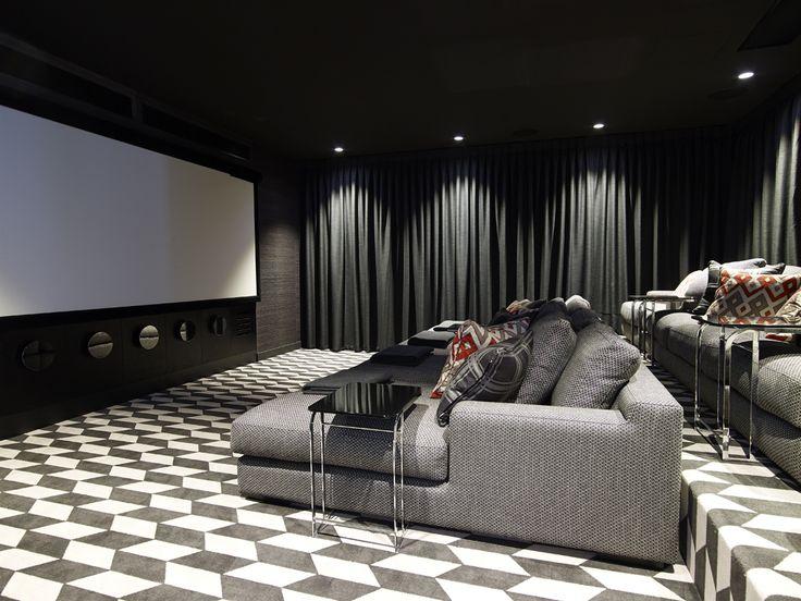 Yo tengo un sala de cine. El suelo es Blanca y negro