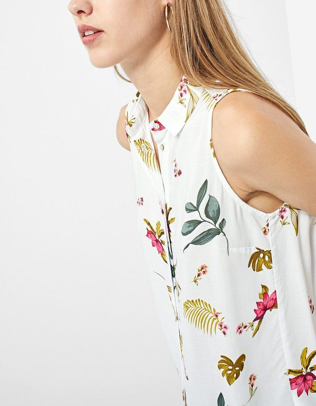Las camisas de mujer de AW 2017 que no pueden faltar en tu armario son de Stradivarius. Descubre blusas y camisas de cuadros, rayas o militares. ¡Inspírate!